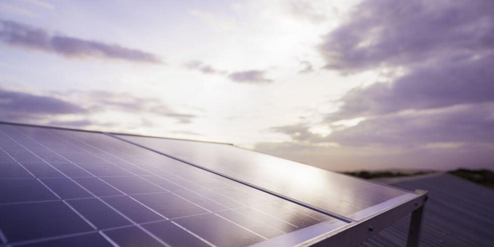 La contaminación reduce la eficacia de los paneles solares.