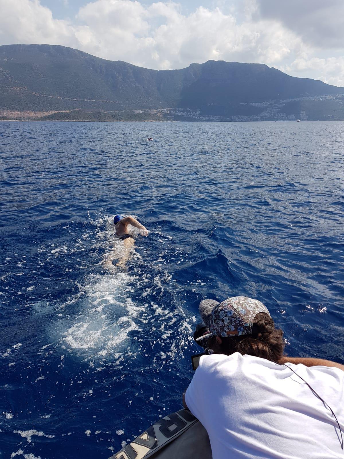 Nacho Dean une Europa con Asia cruzando el Bósforo a nado
