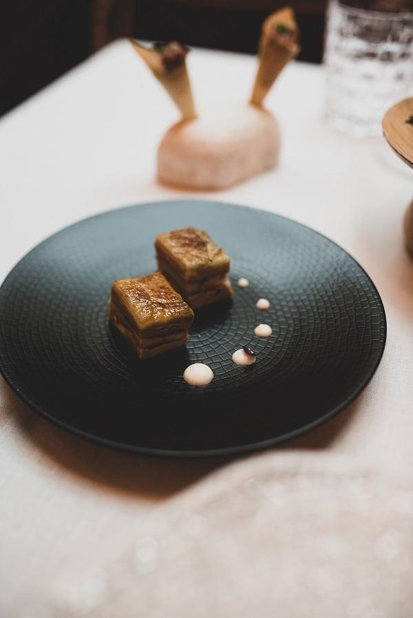 Milhojas caramelizado de anguila ahumada y foie gras con cebolleta y manzana verde