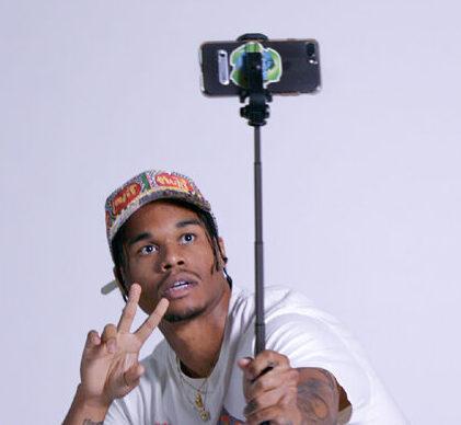 Fake famous: una persona echándose un selfie con el móvil.