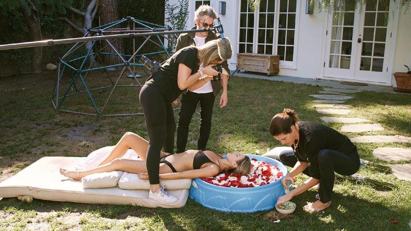 Fake famous: una chica haciéndose una sesión fotográfica en una piscina.