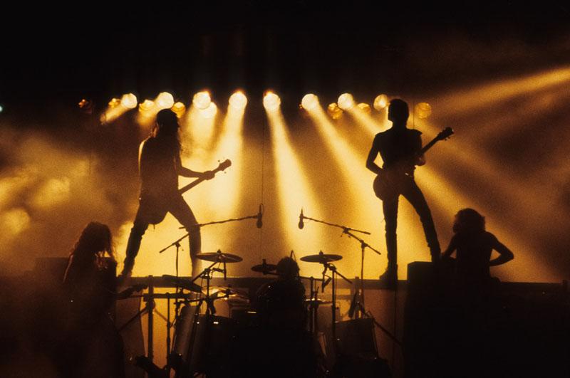 Héroes: Silencio y Rock&Roll: Héroes del Silencio tocando.